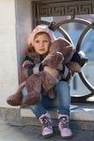 一顶桃红色贝雷帽的小女孩 库存照片