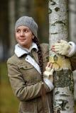 一顶灰色贝雷帽的微笑的青少年的女孩 免版税图库摄影
