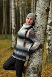 一顶灰色贝雷帽的微笑的青少年的女孩 库存照片