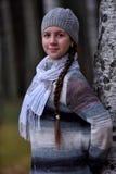 一顶灰色贝雷帽的微笑的青少年的女孩 免版税库存照片