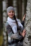 一顶灰色贝雷帽的微笑的青少年的女孩 免版税库存图片