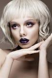 一顶白色假发的美丽的滑稽的女孩,与创造性的艺术构成和雀斑 秀丽表面 免版税库存图片