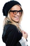 一顶黑贝雷帽的活泼的妇女 免版税库存图片
