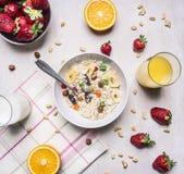 一顿健康和健康的早餐、谷物与坚果和果子地方的概念文本的,构筑木土气背景上面 库存照片