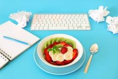 一顿健康快餐的水果沙拉概念在工作 免版税库存照片