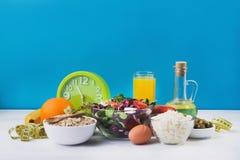 一顿健康早餐用沙拉、粥燕麦粥和村庄 免版税库存照片