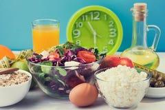 一顿健康早餐用沙拉、粥燕麦粥和村庄 免版税库存图片