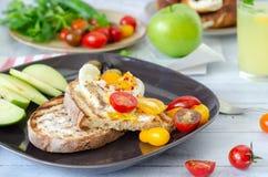 一顿可口家庭样式早餐用鸡蛋,敬酒的面包, gre 库存照片