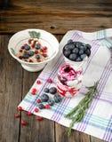 一顿可口清淡的早餐:燕麦粥,蓝莓,蔓越桔a 免版税图库摄影