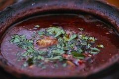一顿墩牛肉膳食的特写镜头在生铁水壶的 免版税图库摄影