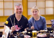 一顿晚餐的两三个旅客在一家日本餐馆 库存图片
