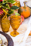 一顿晚餐的装饰的桌在秋天公园 免版税库存照片