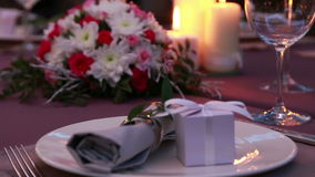 一顿浪漫晚餐的美丽的昂贵的桌服务与蜡烛和英国兰开斯特家族族徽 股票录像