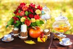 一顿浪漫晚餐的装饰的桌在秋天公园 库存照片