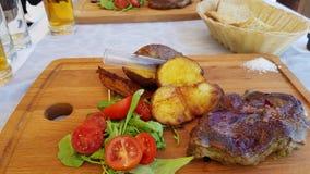 一顿膳食在克罗地亚提出了ona木板 免版税图库摄影