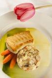 一顿被烘烤的鱼海鲜晚餐的静物画在一块白色板材的。 库存图片