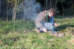 一顿野餐的人由篝火 库存照片