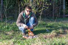 一顿野餐的人由篝火 免版税库存图片