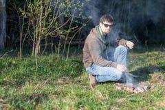 一顿野餐的人由篝火 库存图片