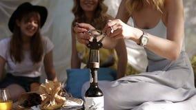 一顿野餐的妇女与两她的女朋友 坐格子花呢披肩 瞄准开头酒瓶的过程英尺长度  妇女的聚会 股票视频
