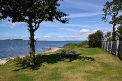 一顿野餐的完善的地点由海 免版税图库摄影