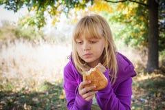一顿野餐的小白肤金发的女孩在秋天公园 库存图片
