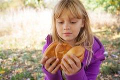 一顿野餐的小白肤金发的女孩在秋天公园 图库摄影