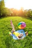 一顿野餐的幸福少妇在公园 免版税库存图片