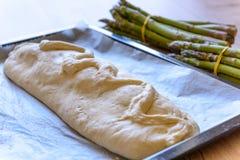 一顿食家膳食的准备在酥皮点心外壳,绿色芦笋的 免版税库存图片