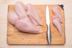 一顿饮食晚餐的准备 新鲜的鸡内圆角,刀子 库存照片