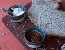 一顿鲜美和健康早餐在棕色背景的一张木桌里 免版税库存图片
