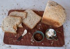 一顿鲜美和健康早餐在白色背景的一张木桌里 库存照片
