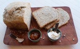 一顿鲜美和健康早餐在白色背景的一张木桌里 免版税库存图片