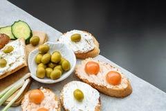 一颗有壳的长方形宝石切片的顶视图用西红柿、黄瓜和绿橄榄,乳脂干酪 免版税库存照片