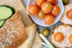 一颗有壳的长方形宝石切片的顶视图用西红柿、黄瓜和绿橄榄,乳脂干酪 免版税库存图片