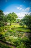 一首似梦幻般的田园诗的俏丽的庭院房子 免版税库存照片