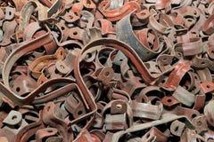 一,在不同的钳位背景的大金属半圆轭  免版税图库摄影