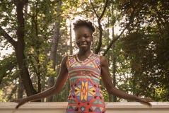 一,年轻成人,黑人非裔美国人的愉快的微笑的妇女20- 免版税图库摄影