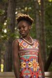 一,年轻成人,黑人非裔美国人的愉快的微笑的妇女20- 免版税库存图片