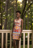 一,年轻成人,黑人非裔美国人的愉快的微笑的妇女20- 免版税库存照片