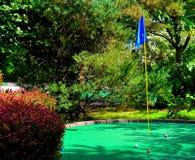轻轻一击轻轻一击小小高尔夫球路线 免版税库存图片