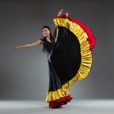 一件五颜六色的礼服的舞蹈家 库存照片