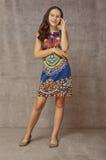 一件五颜六色的礼服的青少年的女孩 免版税库存图片