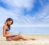 一年轻人和适合深色放松在一个美丽的海滩 免版税库存照片