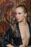 一件黑便服的年轻金发碧眼的女人 图库摄影