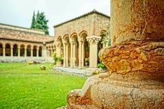 一间修道院的庭院在意大利 免版税库存照片
