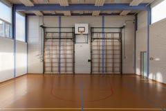 一间健身房的内部在学校 免版税图库摄影