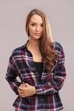 一件偶然方格的衬衣的美丽的深色的妇女 免版税库存图片