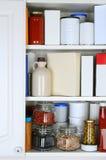 一间储存极多的餐具室的特写镜头 库存照片