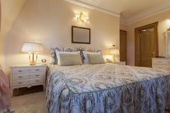 一间经典样式卧室的内部豪华别墅的 免版税库存图片